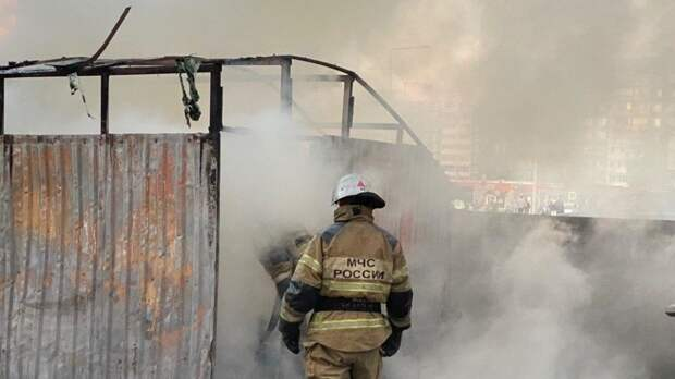 Три человека пострадали при пожаре на площади 100 «квадратов» в Приморье
