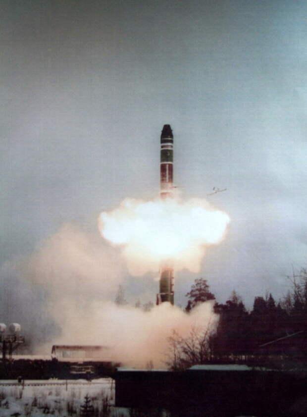 Старт ракеты РТ-23УТТХ из пускового контейнера БЖРК «Молодец». Хорошо виден еще не до конца распрямившийся обтекатель