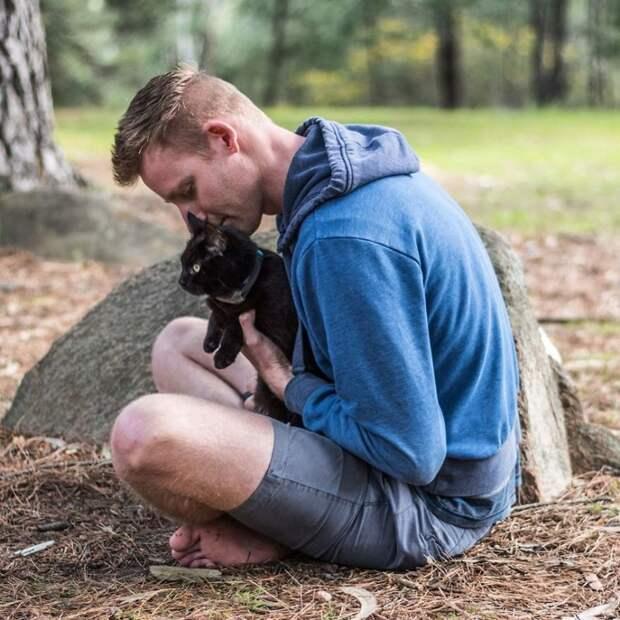 Этот парень бросил всё и отправился в путешествие с любимой кошкой австралия, коты, мило, природа, путешествия, туризм, фото, фургон
