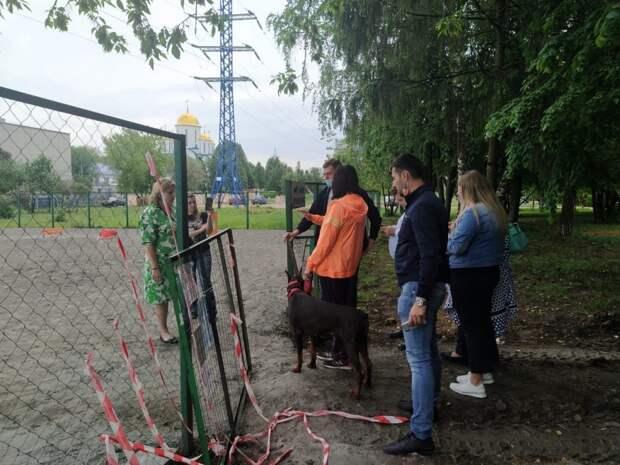 На площадке для выгула собак на Черского появится песочное покрытие и новый забор