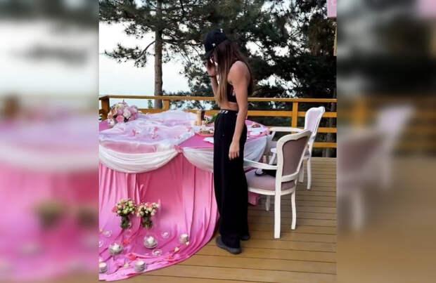 Бузова арендовала парк в Крыму для романтичного ужина