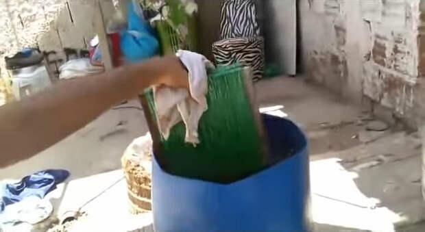 Дворник научился делать лучшие мётлы из пластиковых бутылок. Такая работа заслуживает уважения