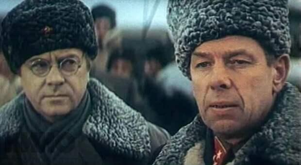 Георгий Жжёнов сыграл генерал-лейтенанта, командующего армией Пётра Александровича Бессонова.
