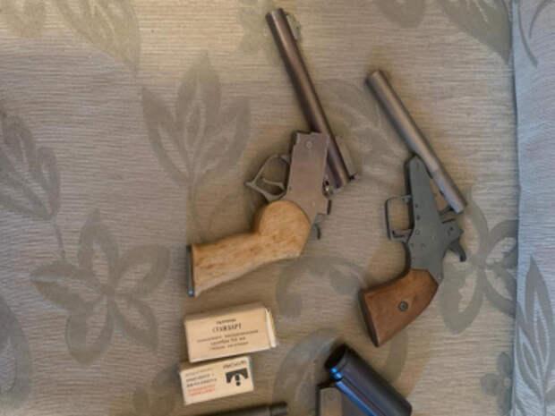 Самодельные пистолеты и боеприпасы изъяли в квартире на Маршала Голованова