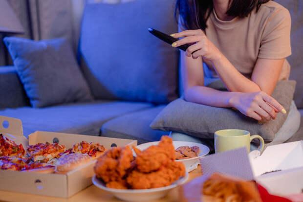 Психолог назвала причины переедания