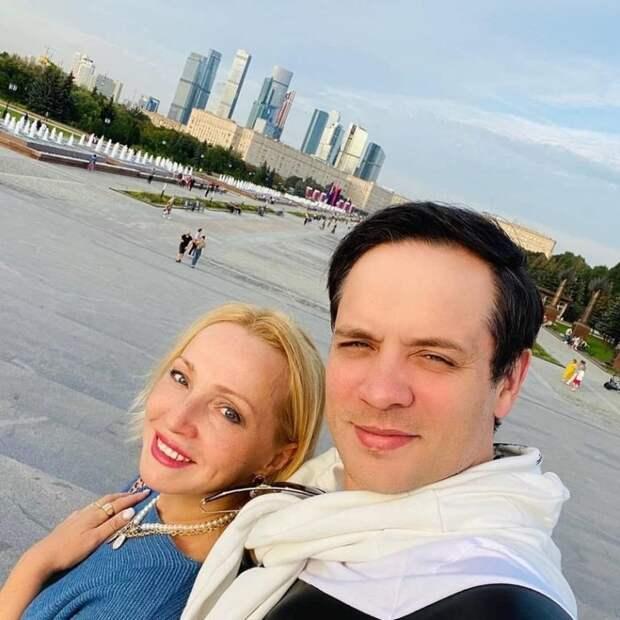 «Ему 39, а ей 56»։ Как выглядят супруга и красавица дочка Саши Асташенка