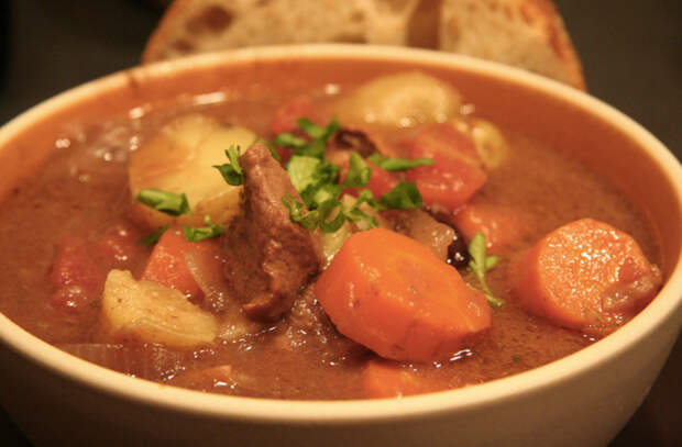 Складываем картошку, овощи и мясо в одну кастрюлю и ставим на огонь