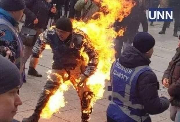 Мужчина поджег себя на глазах у толпы в Киеве - появилось видео