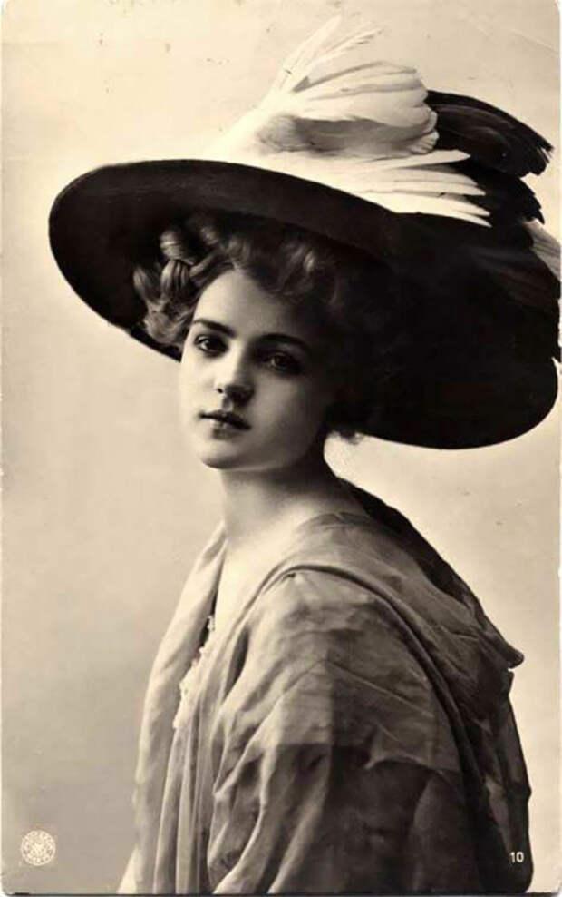 Дамы отказались от цветов и стали украшать свои шляпки всевозможными перьями.