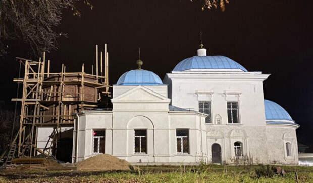 В Торжке на Васильевской церкви восстановили первый ярус колокольни