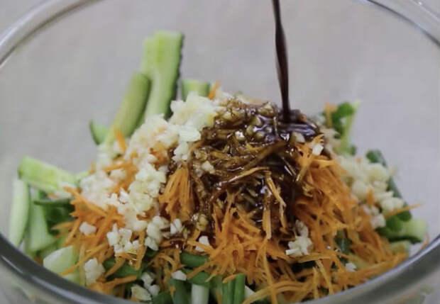 Закуска из огурцов заменила салаты: маринуем и смешиваем нарезку с горячим маслом
