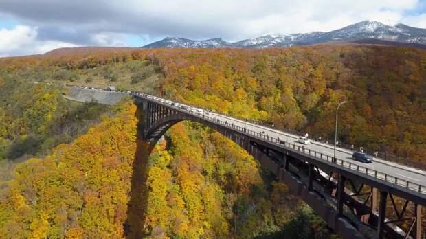 Жителей Японии поразили осенние виды самого длинного арочного моста