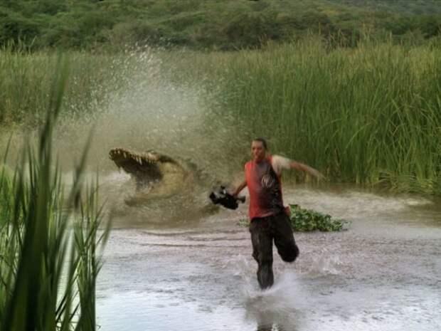 мужчина убегает от крокодила