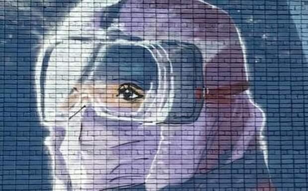 На стене рязанского медколледжа появилось граффити врача в защитном костюме
