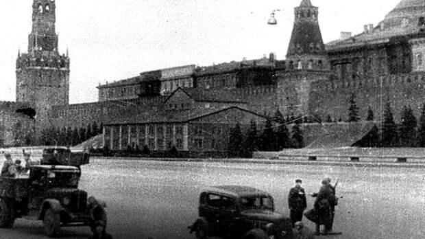Мавзолей Ленина в замаскированном виде. /Фото: tvzvezda.ru