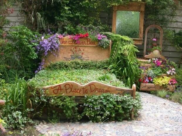 Пример того, что любая мебель может пойти на пользу в украшении дачного участка. /Фото: domosedy.com