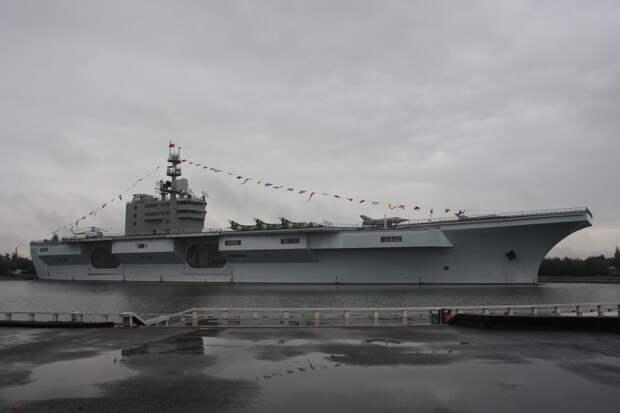 Как китайцы затащили авианосец в озеро?
