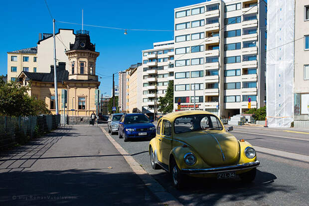 Старые автомобили на улицах финских городов