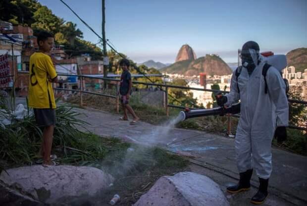 Волонтёры проводят дезинфекцию в фавеле Санта-Мария близ Рио-де-Жанейро