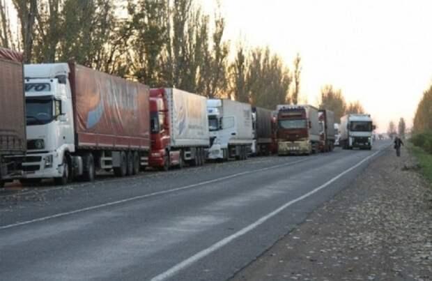 Через н.п. Новоазовск выезжают тентованные грузовики с неизвестными грузами
