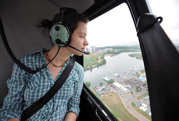 Вертолетное такси в Москве. Пассажир в вертолете компании Heliexpress, занимающейся воздушными перевозками пассажиров и багажа.