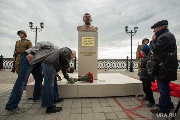 Установка бюста Сталину. Сургут, возложение цветов, бюст сталину