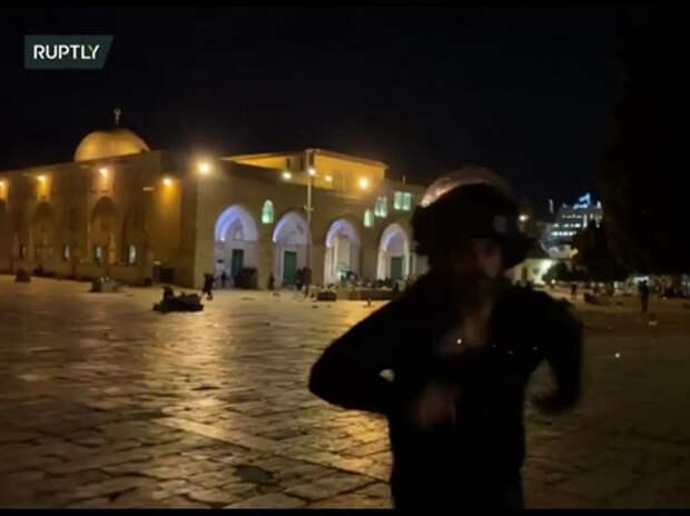 Израильский силовик напал на оператора Ruptly у мечети в Иерусалиме