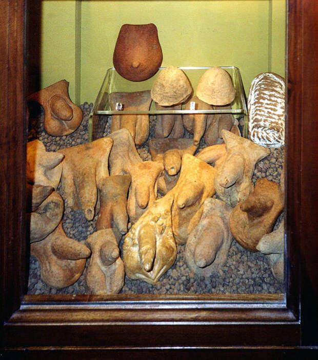 Фаллические символы из Помпей в Секретном кабинете.   Фото: ru.wikipedia.org.