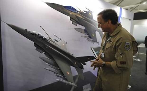 На фото: Роберт Бальсерак из американской военно-промышленной корпорации Lockheed Martin, главный исполнительный директор по программам превосходства в воздухе, объясняет возможности F-21 на выставке DefExpo
