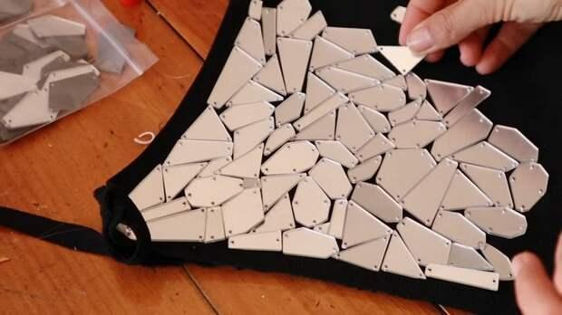 Затми всех на вечеринке: сотня зеркальных кусочков, которые покрывают фигуру, словно сияющая чешуя