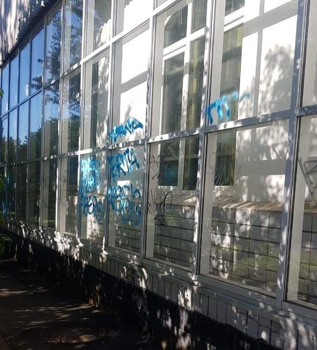 Вандалы испортили фасад недавно отремонтированной библиотеки в Лианозове