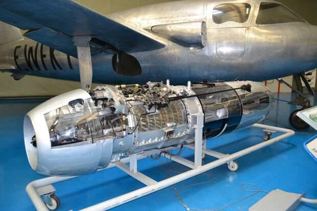 Турбореактивный двигатель Jumo 004B в разрезе. Такой двигатель развивал статическую (то есть при нулевой скорости самолета на уровне моря) тягу 920 кгс при 8740 оборотах в минуту, а его собственный вес был 745 кг