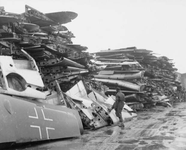 Обрезанные крылья люфтваффе -  куча близ Ганновера, осень 1945 года. Собрана со всей северо-западной Германии и Дании и отправлена в Великобританию для переработки