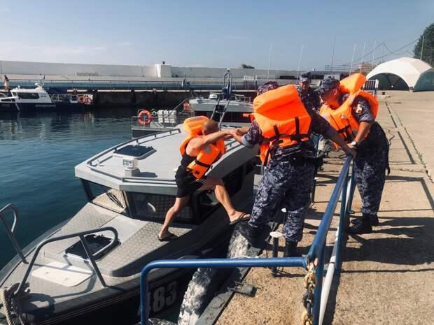 В Крыму Росгвардия спасла туристов, уплывших в открытое море