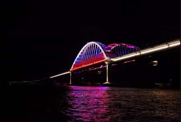 Подсветка Крымского моста обновлена к годовщине Победы