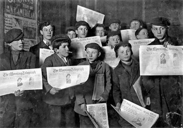 Подростки с газетами возле Бруклинского моста в Нью-Йорке 12 февраля 1908 года.