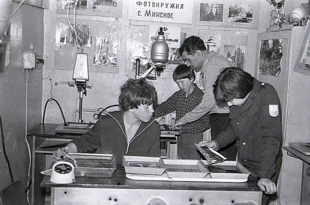 Школьники на занятиях в фотокружке. Село Минское, Костромская область. СССР. 1970-е