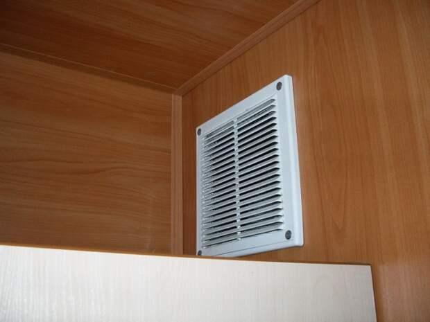 Вентиляционная решетка обычно находится под потолком. / Фото: gidroguru.com