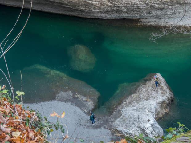 Видны камни и скалы на дне реки!