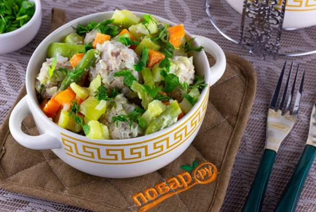 Фрикадельки с овощами в молочном соусе