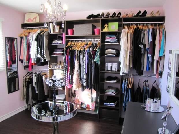 Классический многоуровневый стеллаж позволит разместить достаточно большое количество одежды и модных аксессуаров.