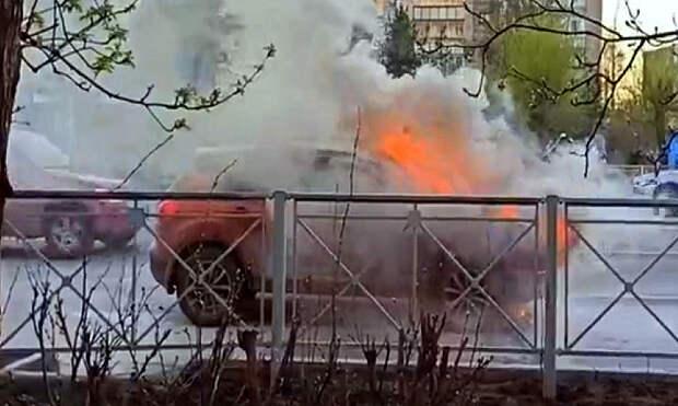 В Архангельске прямо на ходу загорелся автомобиль с мамой и двумя детьми