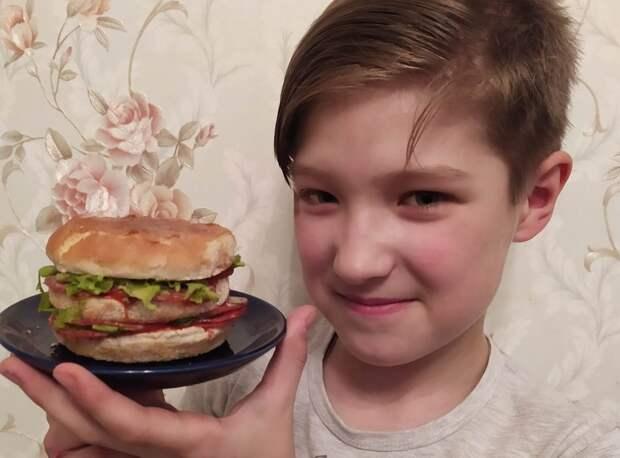 """Юный повар из Митина делает """"скоростной"""" бургер"""