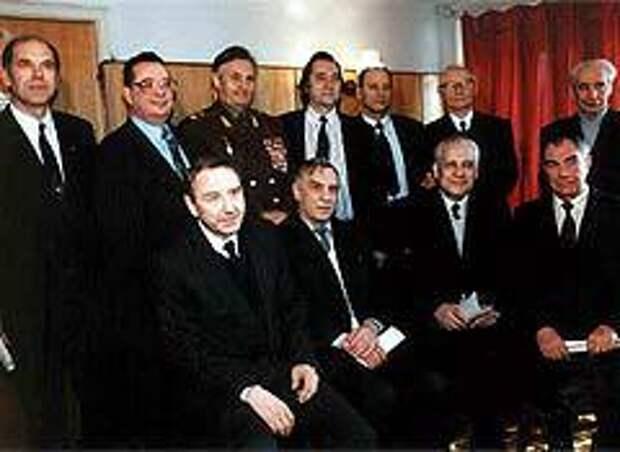 Валентин Варенников (третий слева в верхнем ряду) и члены ГКЧП в гостях у писателя А.Проханова, 1994 год. Фото с сайта valentinvarennikov.ru