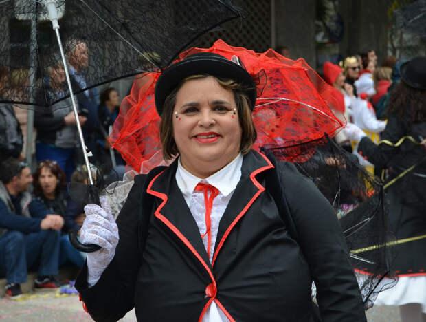Фото сделано мной. А вот так можно. Модель мне позирует и согласна на съёмку. Тем более, это португальский карнавал и она его участница. В таком случае, фотографировать можно.