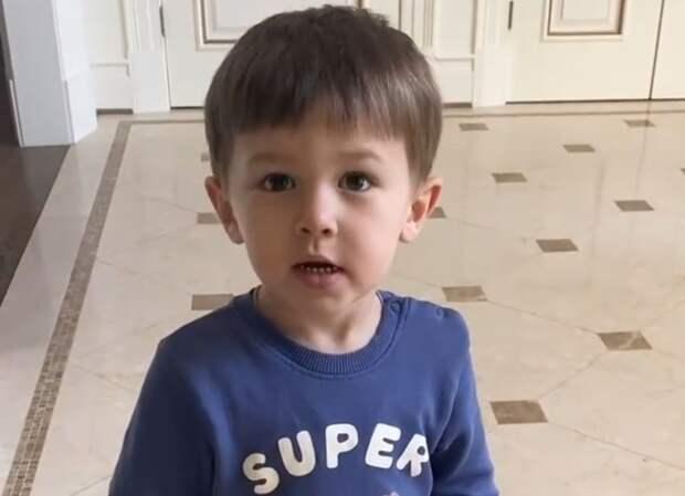 Жена Овечкина показала, как 2-летний сын поздравил ее с Днем матери в США, рассказав стишок: милое видео
