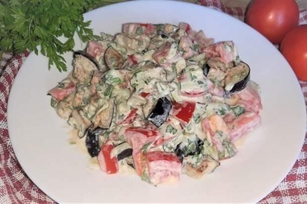 Фото к рецепту: Салат с баклажанами, помидорами и огурцами