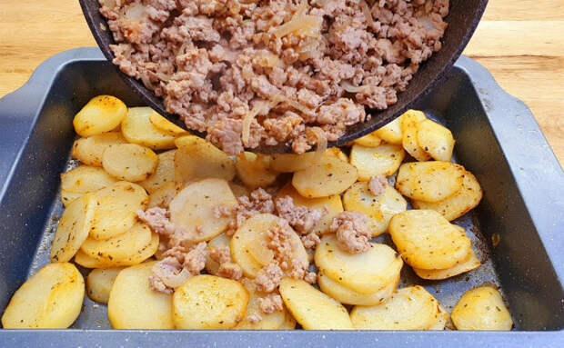 500 граммов фарша, лук и картошка. Смешиваем все на противне и запекаем как пирог