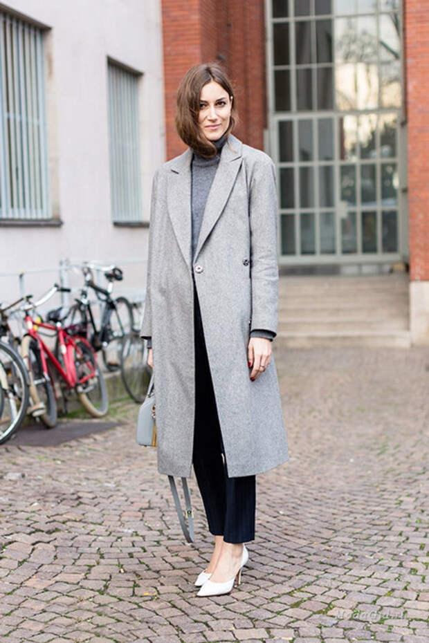 Девушка в длинном пальто и туфлях