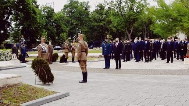 В Венгрии в сопровождении почетного караула возложили венки в честь 76-летия Победы